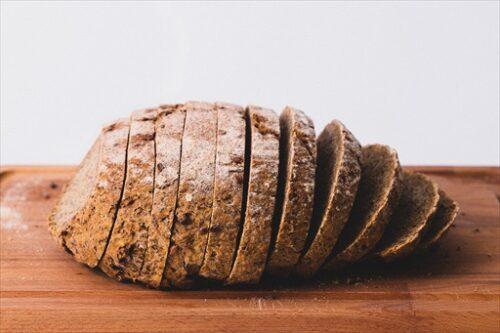 均等にパンを切り分ける