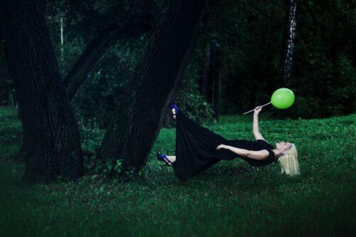 森の中を重力に逆らって歩く女性