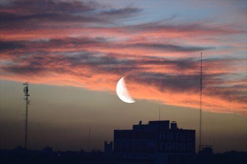 都会の空に上る半かけの月