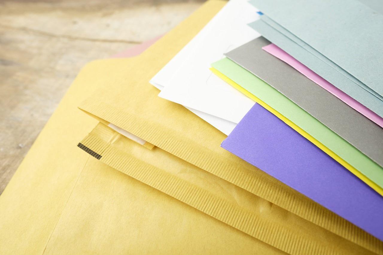 絵本の原稿が入ったいくつかの封筒