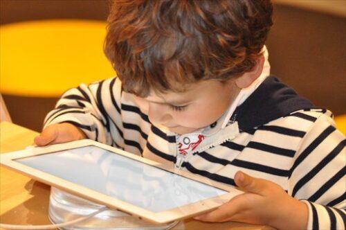 インターネットで検索する子ども