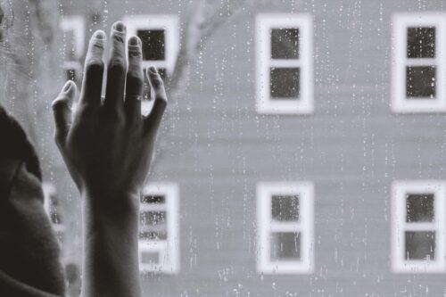 雨の日の窓辺で
