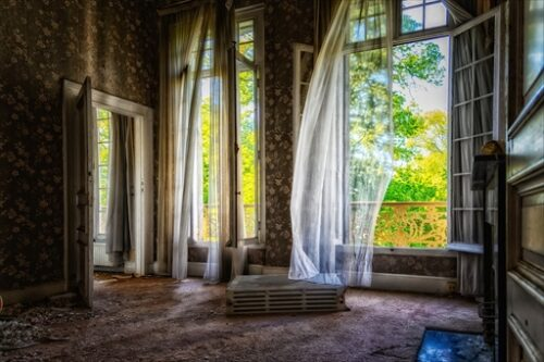 この絵本の中のような家も空き家なのだ