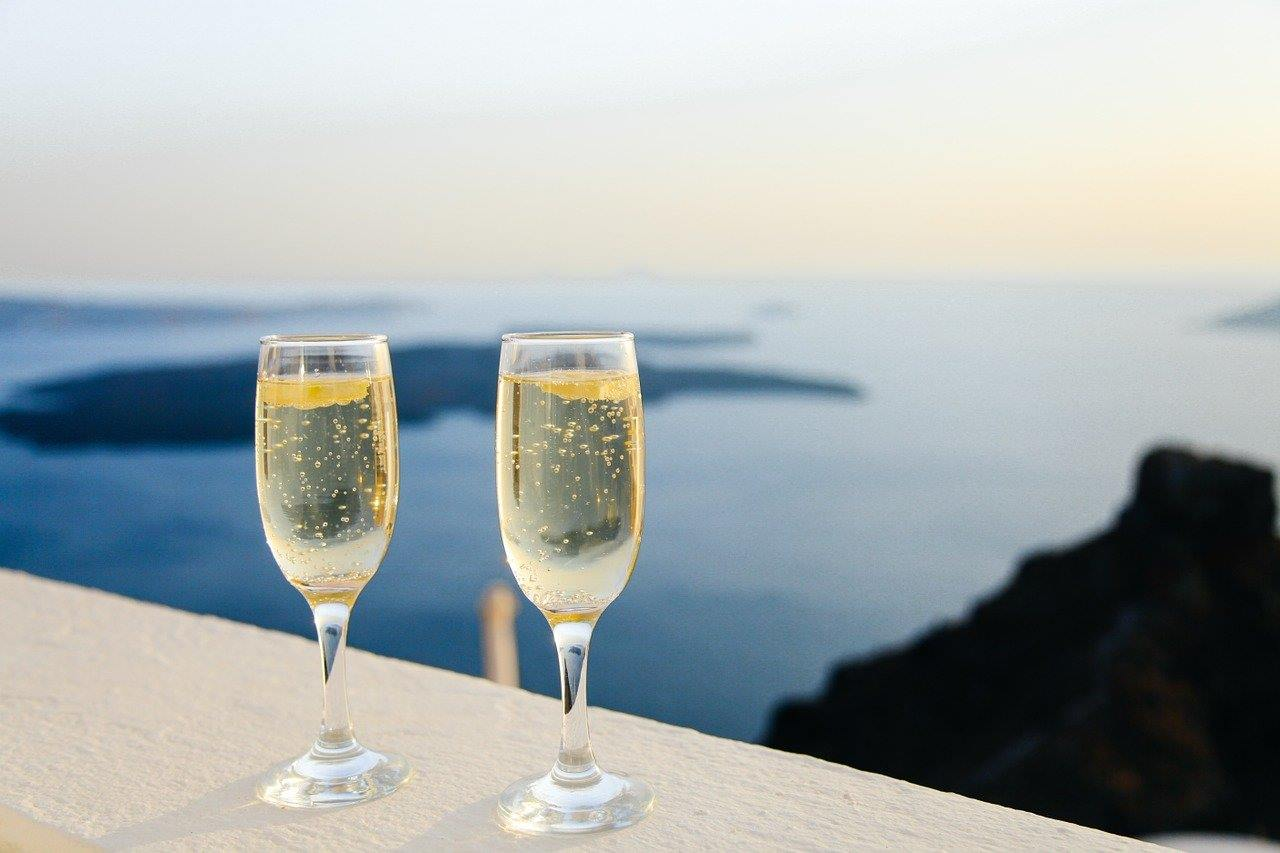 2つのシャンパングラスに満たされた琥珀色のシャンパン