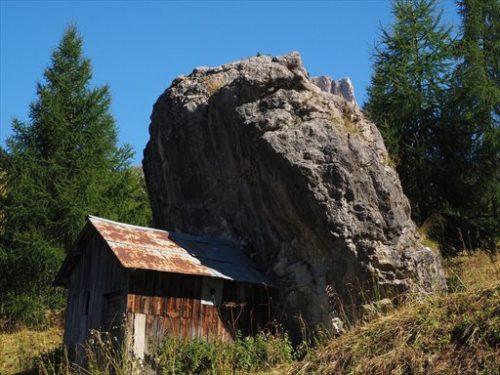 岩の下の家