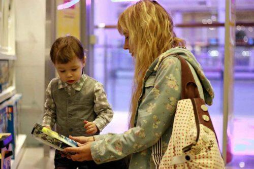 書店で絵本を選んでいる母子