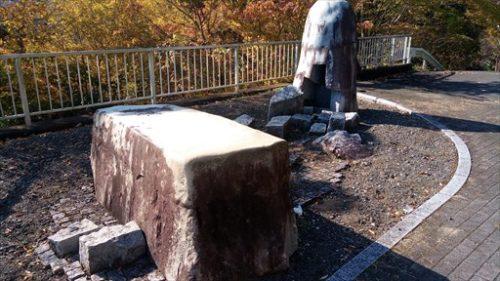 右岸に置かれた現代彫刻