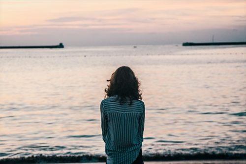 海を見ている彼女の背中