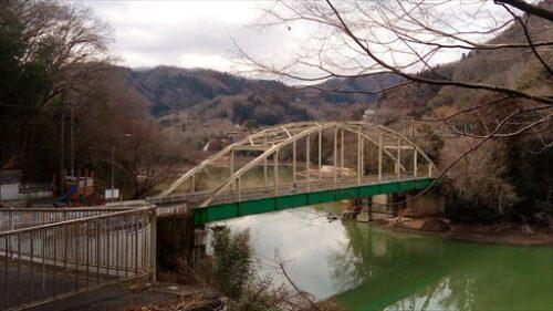 冬ざれた景色の中の秋川橋
