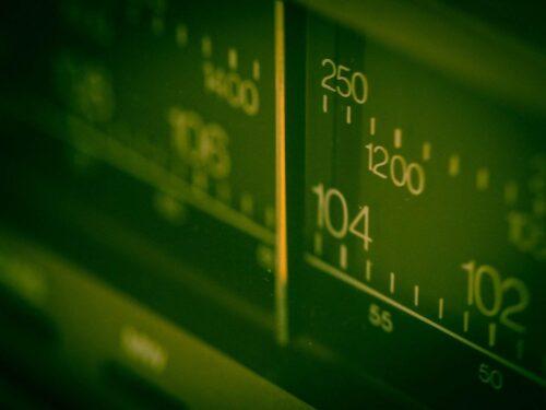 ラジオの周波数表示板