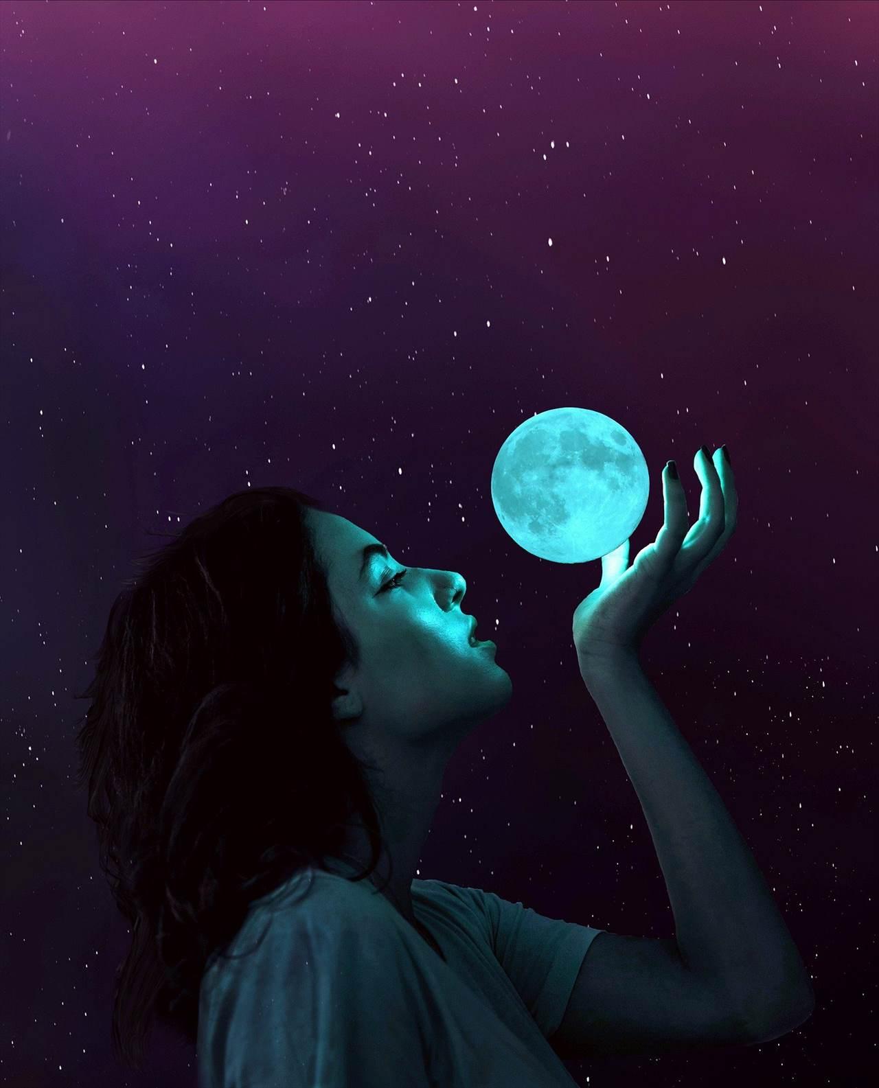 月を手のひらに載せる少女のイメージ