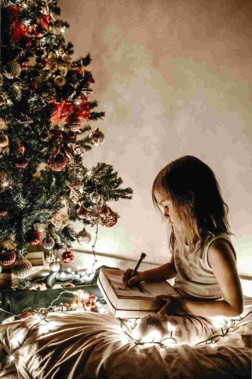 サンタさんに手紙を書く女の子