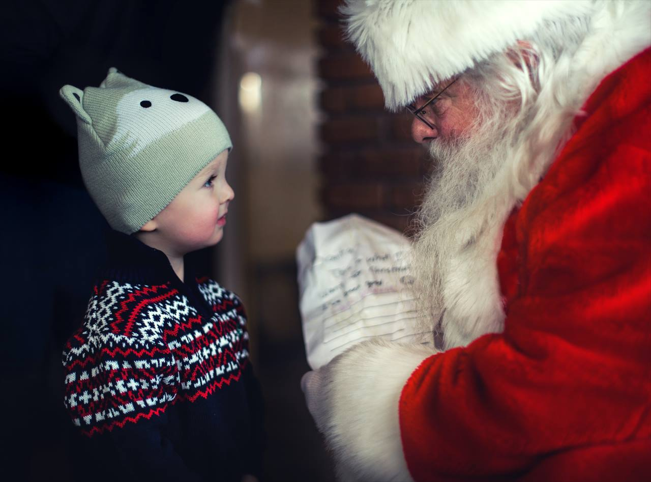サンタさんをじっと見つめる幼児