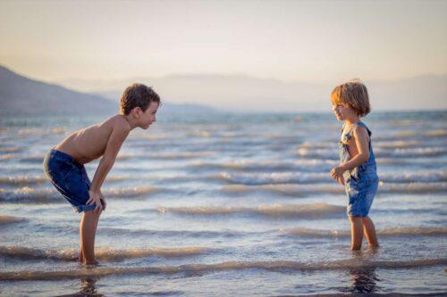 海で遊ぶ仲のいい兄弟