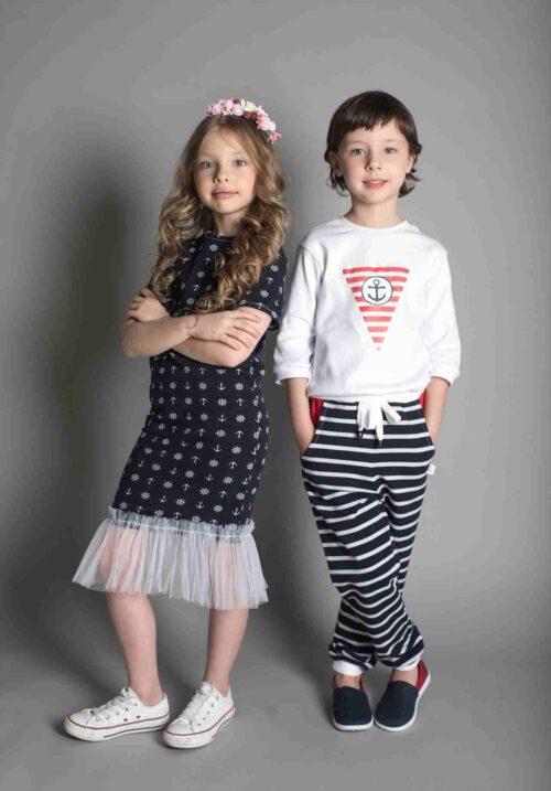 子供服をおしゃれに着こなす女の子と男の子