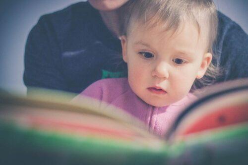 子どもに絵本を読み聞かせる