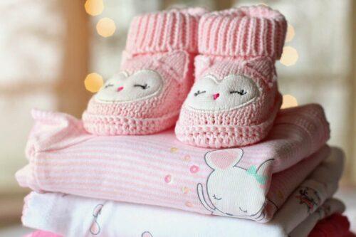 生まれてくる子どものための靴下とタオル