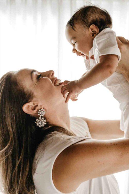 わが子を抱き上げるママ