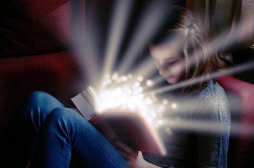 本の内容に驚く少女