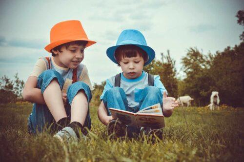 本を熱心に読む兄弟