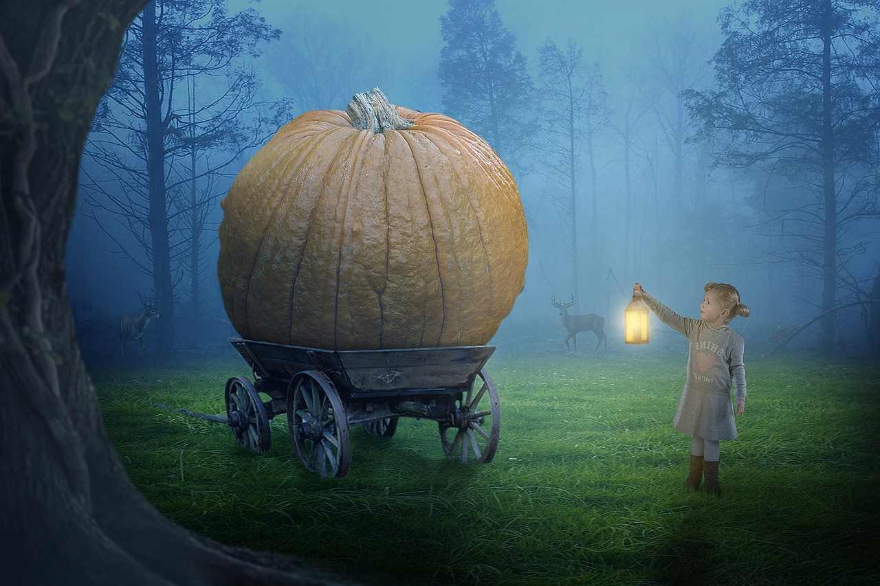 「かぼちゃの馬車」をランタンで照らす女の子