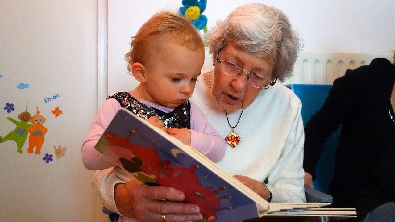 孫に絵本を読み聞かせるおばあさん