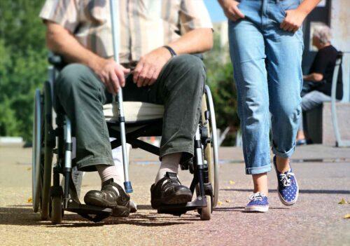 車椅子の父をサポート